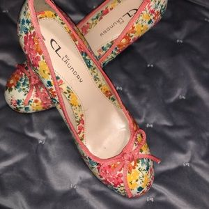 🌸 CL by Laundry floral heels w/ bows. Cute shoes!